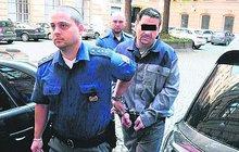 Už po sedmadvacáté jde za mříže recidivista Lubomír S. (39). Tentokrát na 13 let za pokus o vraždu. Pracovníkovi sběrny kovů rozbil tyčí hlavu. Oběť přežila jen díky zákroku lékařů.