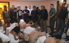 Opravdu nepříjemného překvapení se dočkalo 28 zpocených mužů ve středním věku, kteří vyrazili na ilegální orgie v thajském městě neřestí Pattaya. Chvíli před půlnocí do malého hotýlku uprostřed čtvrti červených luceren vtrhlo policejní komando a překazilo divokou zábavu, které se oddávali turisté s mladými Thajkami.