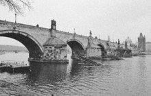 Ve vlnách Vltavy našel v listopadu 1908 smrt redaktor pražského německého listu Bohemia Herrman K. Poslední chvíle před sebevraždou prožil na Malé Straně ve známé restauraci U Schnellů.