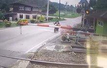 Nepozorná motorkářka dostala knokaut: Pozor, padá závora!
