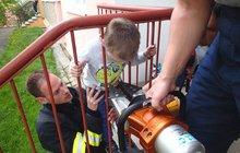 Kluk (5) se zasekl v zábradlí: A chce být také hasičem...