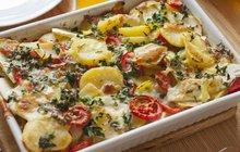 Prostě zapečeno: Brambory s houbami, špenátem a rajčaty