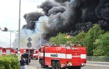 Výbuch hořící haly: Hasiči vyhlásili zvláštní stupeň poplachu