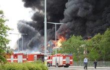 Halu v pražské Hostivaři zachvátil mohutný požár: Plameny, černý dým, výbuchy!