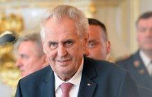 Zeman slavil s Rusy na jejich ambasádě: Kritizoval sankce i invazi 1968