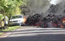 Drsné scénky z Havaje, kde běsní sopka Kilauea: Láva »žere« auta i domy