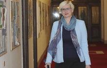 Šlechtové pudl pózoval u památníku: Ministryně obrany a její PSÍ KUSY