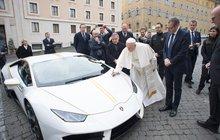 Papež František prodával své Lamborghini Hurrican, které mu bylo loni v listopadu darováno!