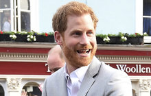 Princ Harry dál nosí děravé boty!