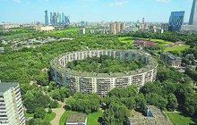 Mělo jich být pět, jako olympijských kruhů, ale zůstalo jen u dvou. V Moskvě mají unikátní prstencové paneláky, které jako raritu tzv. betonového brutalismu obdivuje celý svět. Říká se jim bagel house, podle pečiva s dírou uprostřed.