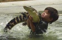 Jiný v jeho věku louská ve škole základy matematiky a rodného jazyka, Charlie Parker (8) pracuje jako ranger v australském Ballarat Wildlife Parku a chystá se na kariéru profesionálního krotitele aligátorů.