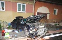 Hned do dvou rodinných domů naboural v Draženově na Domažlicku opilý řidič (50), který seděl za volantem vozu Audi S 8.