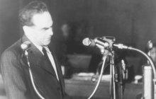 """""""Ukládal jsem o život prezidenta. Byl jsem hlavním špionem amerických imperialistů,"""" uvedl někdejší komunistický pohlavár Rudolf Slánský v rámci vykonstruovaného osmidenního procesu. Na jeho konci byla v roce 1952 oprátka. Celý archiv se šedesáti hodinami záznamů zveřejnil na svém webu Český rozhlas. A z nahrávek běhá mráz po zádech!"""