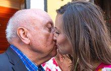 Před sedmi roky na něm stála zamilovaná Iveta Bartošová (†48), dnes na balkoně zámku italského hraběte Domenika Martucciho (42) oslavuje lásku Felix Slováček (74) s Lucií Gelemovou (35). A měl být i místem usmiřování pro hudebníka a jeho manželku Dádu Patrasovou (62).