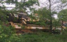 Převrácené monstrum o váze 200 tun: Jeřáb skončil v lese!
