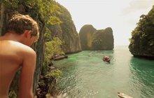Ve filmu Pláž z roku 2000 představovala neposkvrněný ráj na Zemi, místo nedotčené nájezdy turistů. Jenže po úspěchu trháku s Leonardem DiCaprio (43) se zátoka Maja na thajském souostroví Phi Phi paradoxně stala místem, na které začalo proudit až 5 tisíc lidí denně!