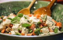 Letní ovoce: Salát s broskvemi a kozím sýrem