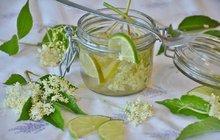 POTŘEBUJETE:40 velkých květů2 l vody2 kg krystalového cukru600 g kyseliny citronové4 celé citrony3l lahev s uzávěrem