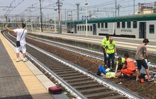 Hyenismus na italském nádraží:   Selfie s babičkou, kterou smetl vlak!