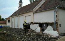 U kaple se zřítila zeď