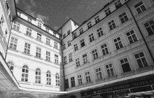 Z okna bytu ve třetím patře vypadla 10. března 1908 na Ferdinandově, dnes Národní třídě v Praze služka Kateřina N. (†18). Byla na místě mrtvá. Protože šlo o jedno z nejrušnějších míst české metropole, vyvolala smrt mladičké dívky doslova senzaci.