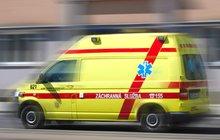 Pět zraněných po srážce sanitky s náklaďákem: Do nemocnice nedojeli!