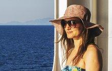 <strong>Sluneční brýle jsou skvělým módním doplňkem, nicméně zapomínat by se nemělo na jejich hlavní úlohu, což je ochrana před škodlivým ultrafialovým zářením. Proto je vybírejte nejen podle vzhledu, ale i dalších důležitých kritérií. A přidejte knim stylový klobouček nebo kšiltovku, pak budete mít jistotu, že paprsky vašim očím neublíží. </strong>