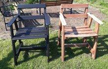 Na počátku byl starý zahradní nábytek. Designérka Martina jej na přání kamarádky Johanky osvěžila. Sestava skládající se ze stolu a čtyř židlí byla kdysi zpracována truhlářem z pevného dřeva. Konstrukčně byla v pořádku, avšak pamatovala už nějaká léta. Nátěr byl nevzhledný, olupoval se. Chtělo to změnu, tak aby stůl mohl opět zdobit zahradu. Posuďte sami, jak to dopadlo.