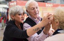 Milující muž (84) se učí zacházet s make-upem: Chce malovat manželku (83), která slepne!