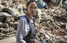 Svět rudých koberců vyměnila za ruiny města, které zpustošili teroristé z Islámského státu (IS). Celý svět zná Angelinu Jolie (43) coby hollywoodskou herečku. Je ale také zvláštní vyslankyní Vysokého komisaře OSN pro uprchlíky (UNHCR). A jako taková teď navštívila severoirský Mosul.