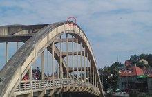 Ustlal si na mostním oblouku