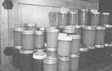 Škodu ve výši zhruba tří čtvrtin milionu tehdejších korun napáchal desetičlenný zlodějský gang, který v Praze-Břevnově ve velkém kradl potraviny z repatriační stanice. V jeho čele se »činili « bossové Emil B. a Jindřich K. z Prahy XIV.