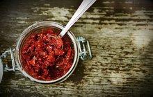 <strong>POTŘEBUJETE:</strong>500 g menších oválných rajčat nebo třešňových rajčátek1 lžičku mořské soli¼ lžičky krupicového cukru1 lžičku sušeného oregana2 lžíce olivového oleje<strong>Na nakládání:</strong>hrst kaparů2 stroužky česneku1 lžíci bazalkových listůolivový olej na zalití