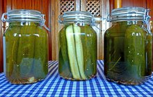 <strong>POTŘEBUJETE (na 3 litrové sklenice):</strong>3 kg salátových okurek100 g soli¾ l vinného octa¾ l bílého vína¾ l vody1 svazek libečku2 lžíce drceného pepře2 lžíce zeleného pepře2 lžíce hořčičných semínek½ kořene křenu4 stroužky česneku2 bobkové listy250 g cukru
