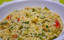 <strong>POTŘEBUJETE:</strong>170 g rýže, nejlépe kulatozrnné160 ml suchého bílého vína1 cibuli1 cuketu1 l kuřecího vývaru50 g parmazánu150 g másla1 stroužek česnekuolivový olejsůl
