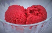 <strong>POTŘEBUJETE:</strong>500 g dužiny zčerveného vodního melounu10 lžic bílého cukru10 lžic třtinového cukrušťávu z 2 citronů10 lístků čerstvé máty
