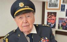 V osmnácti odmítl pracovat pro blaho Velkoněmecké říše. Dal se k vojsku a zběhl k partyzánům, pak zahájil pilotní výcvik u RAF. Po válce skončil v dolech. Plukovník Alois Dubec z Luhačovic na Zlínsku včera slavil 95. narozeniny.