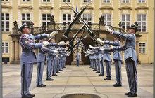 Jak se měnily uniformy Hradní stráže? Od Sokolů po Pištěka