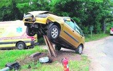 Řidička se opila namol: »Zaparkovala« na sloupu!