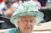 Alžběta II. trpí a pomoc odmítá