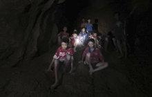 Malí fotbalisté uvěznění vodou: V jeskyni budou měsíce