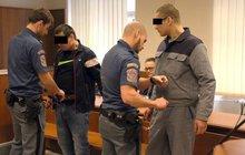 Dlužníka přivázali řetězem k traverze: Vymahači brutalitu neprokázali