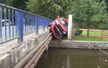 Ohlédla se na dítě a...Zaparkovala auto mezi plot a most!