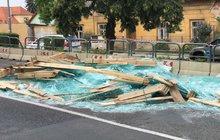 Rozbité sklo zatarasilo silnici