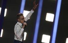 Zpěvák Mikolas Josef (22), který Česko reprezentoval ve finále Eurovize, se nestačí divit. Dočkal se sice zájmu fanoušků zcelého světa, ale dočkal se i vydírání. Kvůli jedné zmladých fanynek se dokonce musel obrátit na odborníka.
