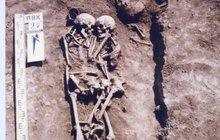 Láska až za hrob? Naprosto a doslova! Milující žena vlezla za zesnulým mužem do hrobu, pevně ho objala a nechala se pohřbít. I po třech tisíciletích archeology pořádně dojala.