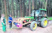 Netradiční zásah záchranky: Z traktoru udělali sanitku