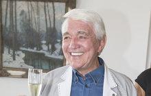 Tentokrát už doopravdy! Herec Jiří Krampol začal soslavami svých 80. narozenin už včervnu. Minulou středu, 11. července, ale už své významné životní jubileum oslavil už doopravdy. Nejprve navštívil radnici na pražském Žižkově, kde se narodil. Pan starosta ho pozval, aby se zapsal do knihy cti, a také mu daroval nádhernou fotografickou publikaci Belmondo o Belmondovi, zkteré byl dvorní dabér francouzského herce doslova nadšen.
