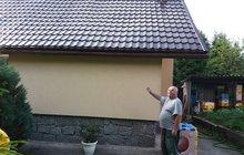 Nová střecha nebo okap. K tomu za lákavou cenu. Málokdo by odolal. Ale pozor! Policie varuje, že taková oprava může vyjít o mnoho dráž, než řemeslníci slibují. Své o tom ví i Jan Moravec (72) ze Sokolovska.