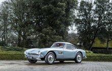 Britská aukční síň Bonhams má za sebou výjimečnou dražbu dvou sporťáků ze slavných bondovek. Aston Martin DB5 z roku 1965, za jehož volantem seděl Pierce Brosnan (65) v roce 1995 ve filmu Zlaté oko, se prodal za 57,5 milionu korun. Stal se tak nejdražším britským sportovním autem prodaným na evropské aukci.
